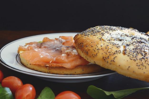 Gros plan, vue, bagel, saumon fumé, à, fromage crème