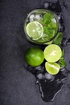 Gros plan vue de dessus ou coup de frais généraux du cocktail mojito frais