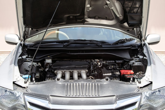 Gros plan sur la vue de face du moteur de la voiture.