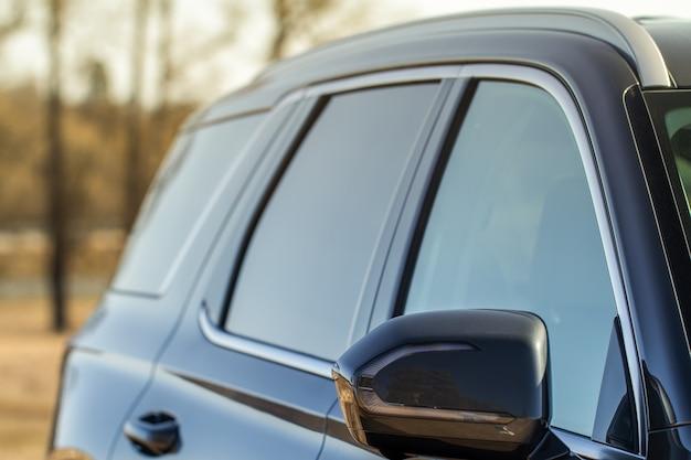 Gros plan sur la vue de face du rétroviseur latéral de la voiture. rétroviseur avant sur la vitre de la voiture. détails extérieurs de la voiture.