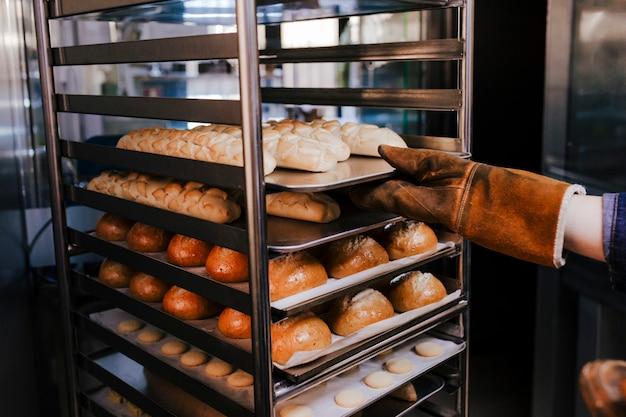 Gros plan, vue, femme, tenue, tenue, étagère, pains, dans, une, boulangerie