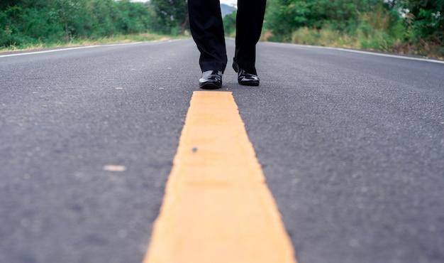 Gros plan, vue frontale, homme affaires, élégant, chaussures, marche