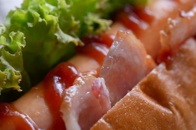 Gros plan, vue, de, hot dog, bacon