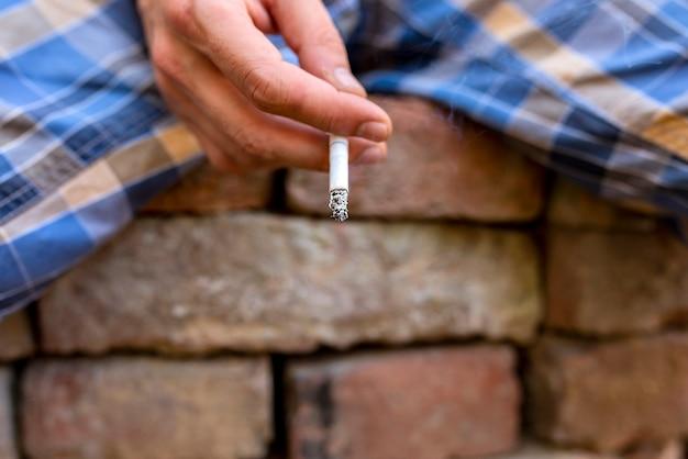 Gros plan, vue, mâle, main, tenue, cigarette