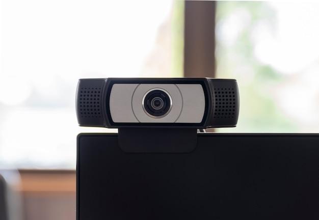 Gros plan sur la webcam de la caméra installée sur l'écran de l'ordinateur