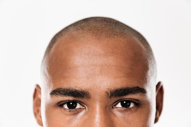 Gros plan des yeux du jeune homme africain