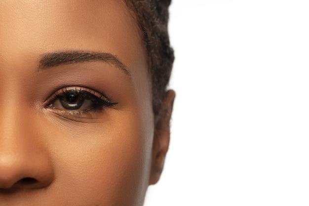 Gros plan d'yeux féminins avec maquillage nude... beauté, mode, soins de la peau, concept de cosmétiques.