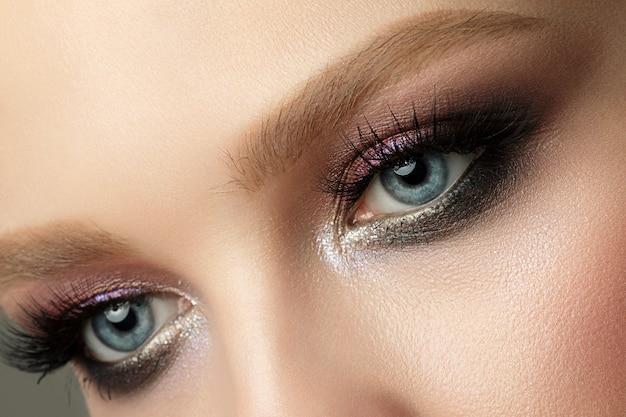 Gros Plan Des Yeux De Femme Bleue Avec Beau Brun Avec Des Nuances De Rouge Et Orange Maquillage Smokey Eyes Photo Premium