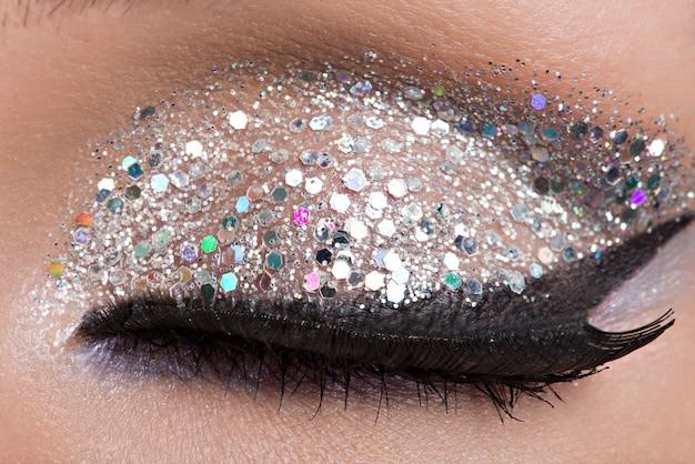 Gros plan des yeux de femme avec un maquillage lumineux de belle mode