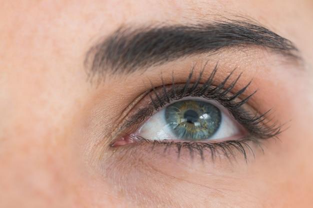 Gros plan des yeux levant les yeux
