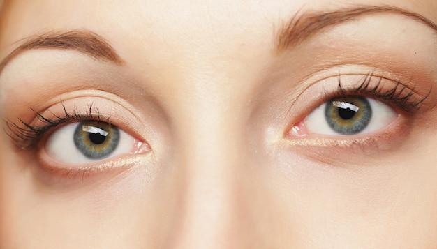 Gros plan des yeux verts de la femme