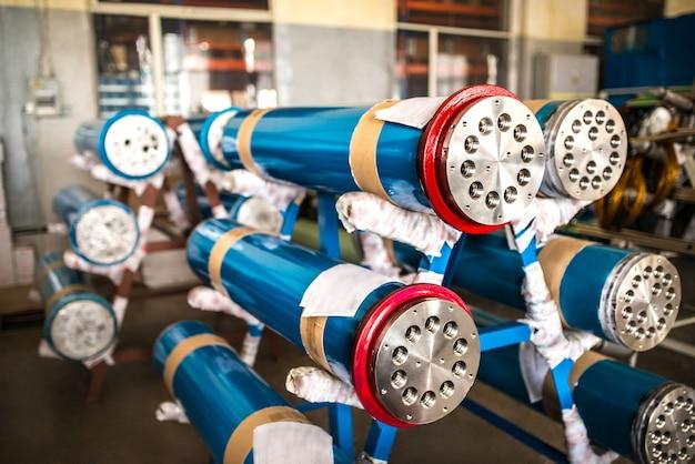 Gros plans les extrémités de gros tuyaux métalliques se trouvent à l'usine sur des racks en attente de transport à l'entrepôt. concept équipement industriel construction navale et ingénierie
