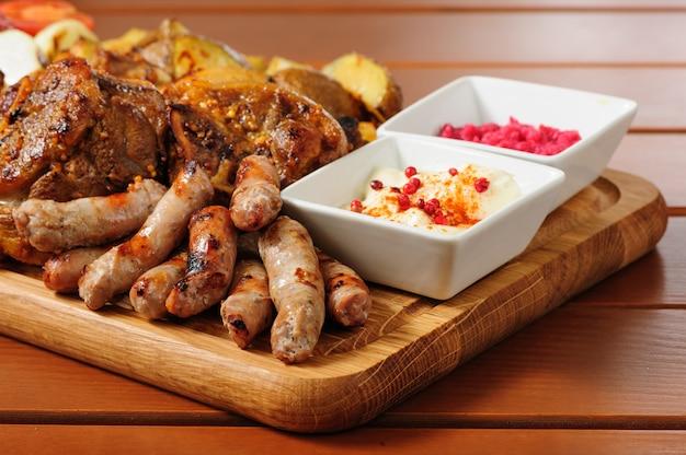 Gros plat de viande et de légumes grillés