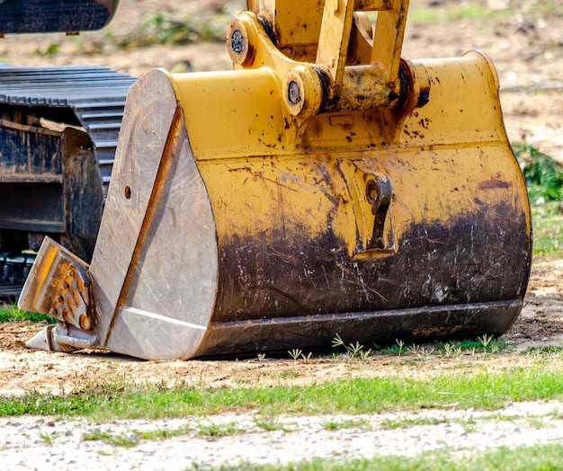 Gros pneu de camion sur chantier