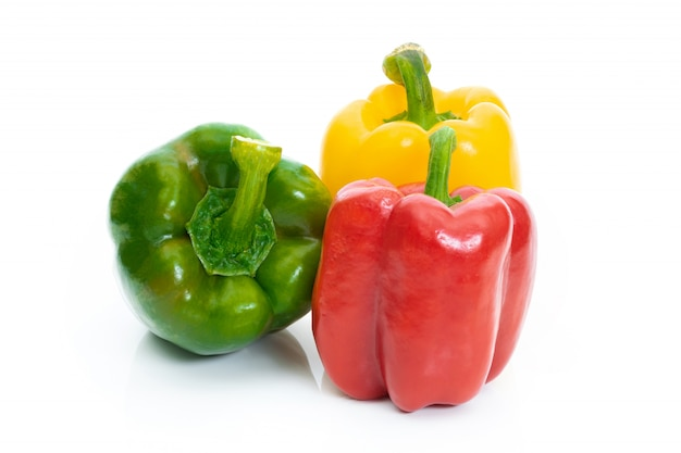 Gros poivron rouge vert et jaune sur fond blanc