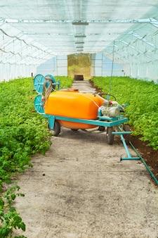 Gros pulvérisateur de pesticides en serre