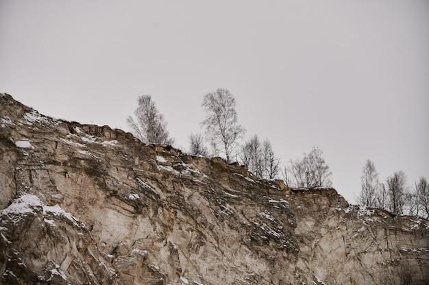 Gros rocher isolé sur fond blanc. cela a un chemin de détourage.