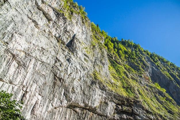 Un gros rocher puissant avec des arbres sur le dessus
