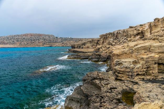 Un gros rocher s'est détaché de la falaise côtière.