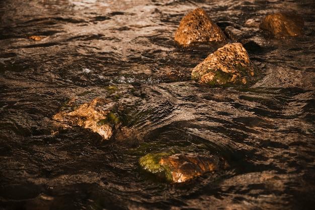 Gros rochers noirs de la falaise