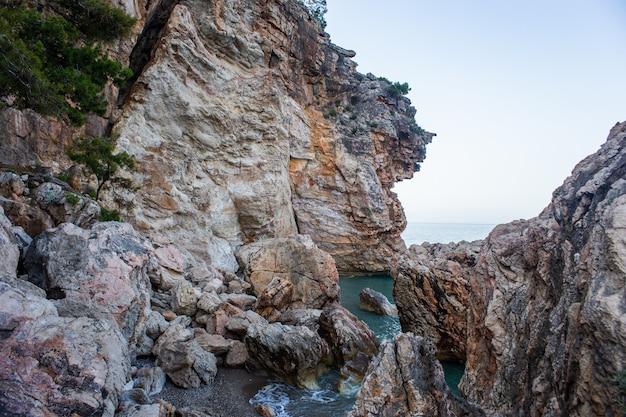 Gros rochers près de la falaise au bord de la mer