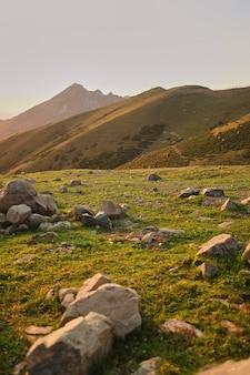Gros roches de quartz sur un pré de montagne. coucher de soleil dans les montagnes.