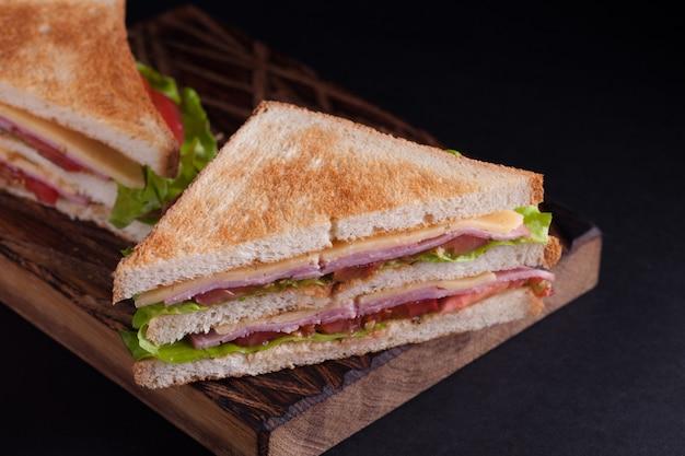 Gros sandwich au jambon et au fromage.