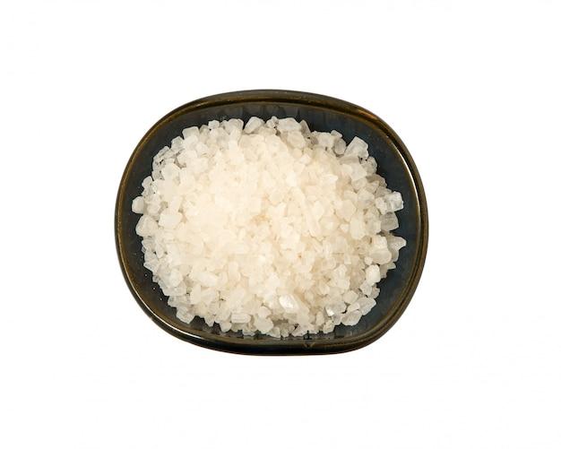 Gros sel dans un bol sur un fond blanc.