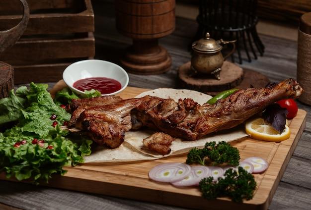 Gros steak avec brocoli, oignons et sauce barbecue