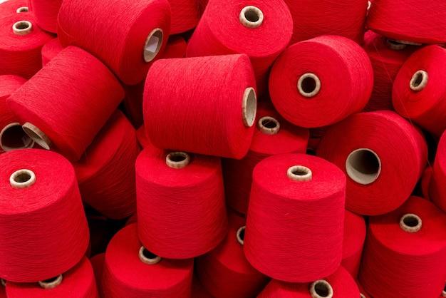 Un gros tas de bobines de fil rouge. fermer