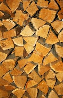 Gros tas de bois de chauffage