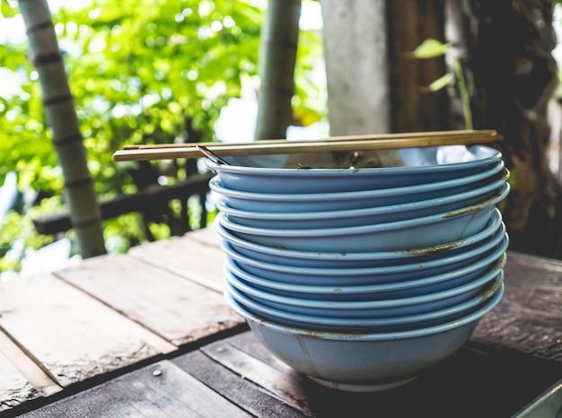 Gros tas de nouilles thaïlandaises finies laissées sur la table. concept de stomache complète.