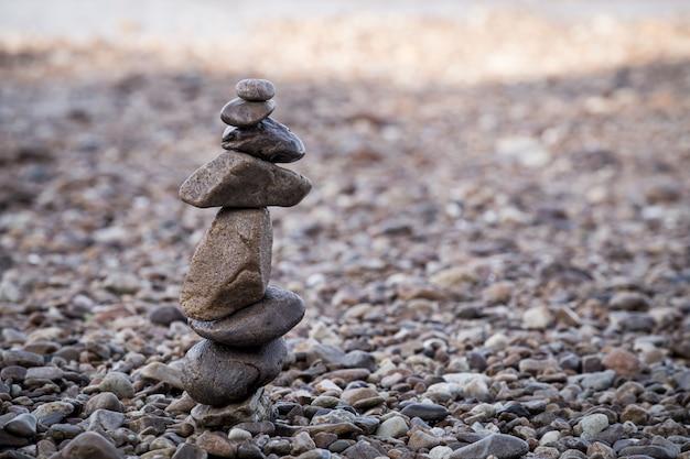 Gros tas de pierres zen sur la plage