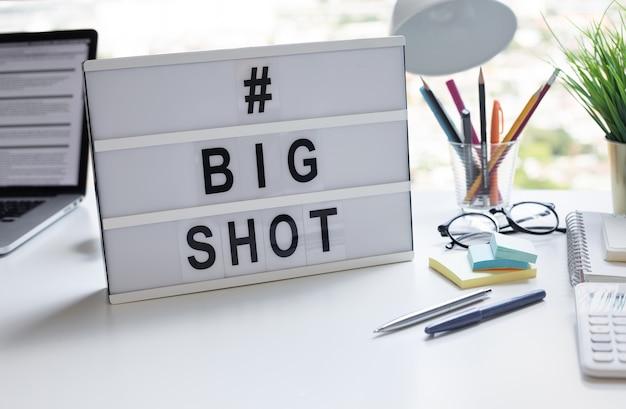 Gros texte chaud avec lightbox sur table de bureau.investissement commercial