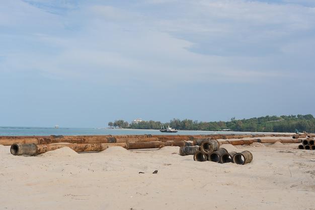 Gros tuyau de vidange sur la plage