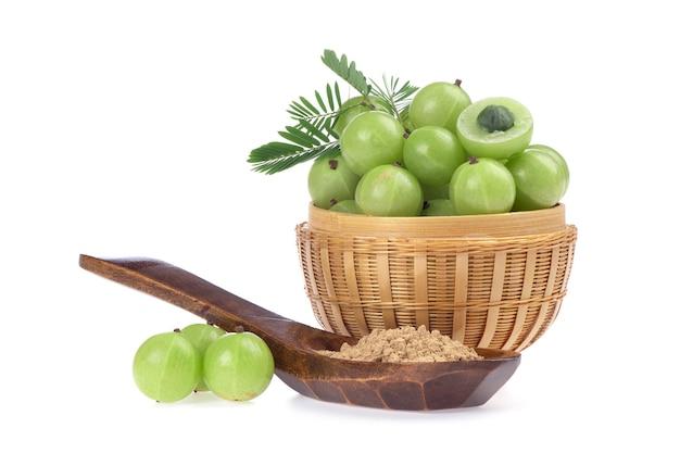 Groseille à maquereau indienne ou phyllanthus emblica fruits et poudre isolé sur fond blanc.