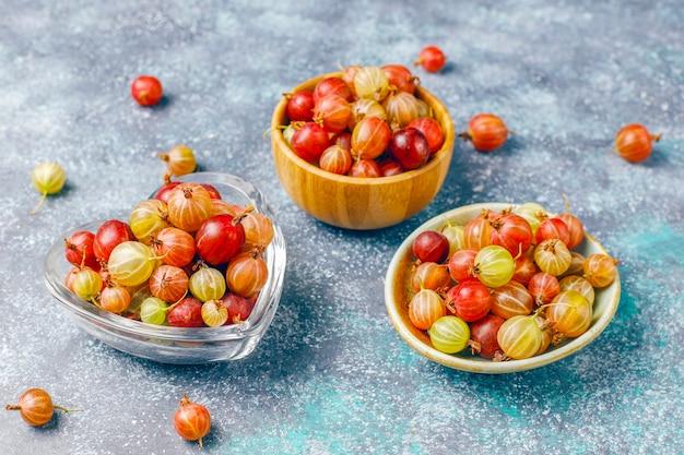 Groseilles à maquereau fraîches biologiques dans un bol