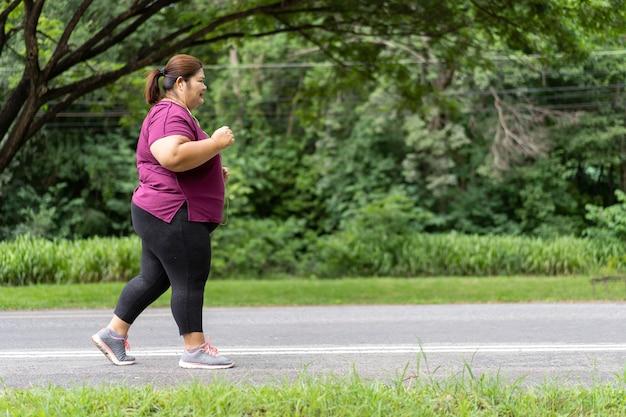 Grosse femme asiatique en cours d'exécution, fait de l'exercice pour le concept d'idée de perte de poids.