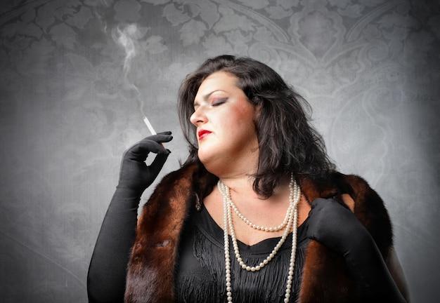 Grosse femme fumant