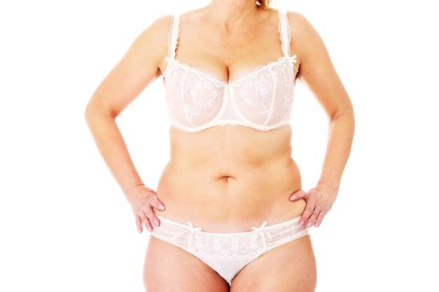 Une grosse femme posant sur fond blanc