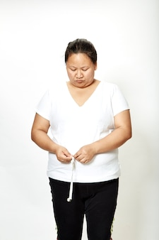 Grosse femme avec ruban à mesurer