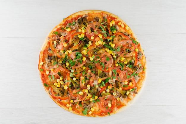 Grosse pizza isolée sur une surface blanche