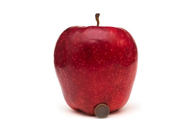 Grosse pomme rouge sur fond blanc