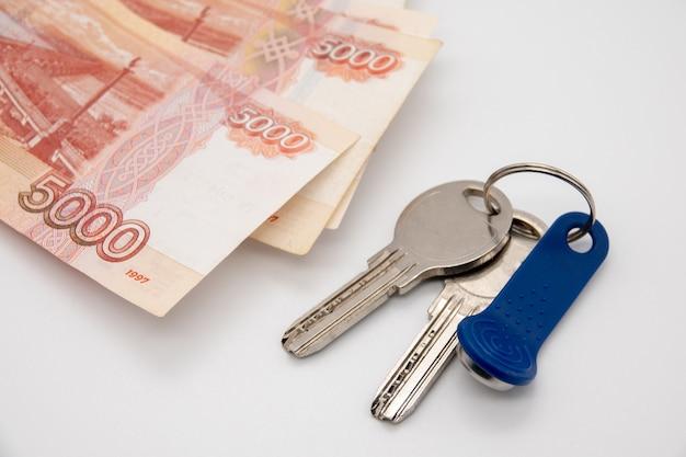 Une grosse somme d'argent russe et les clés sont sur le plan de l'appartement.
