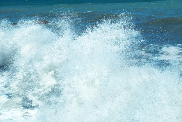Grosse vague avec écume de mer et eau bleue