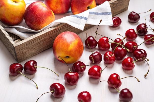 Grosses nectarines et cerises.