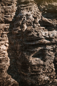 Grosses pierres grises de la falaise