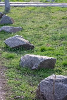 Grosses pierres sur l'herbe verte. arrière-plan, copie espace printemps.