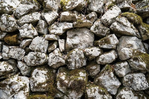 Grosses pierres en mousse verte gros plan texture pierre fond nature de rochers