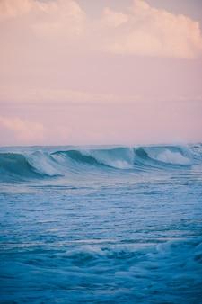 Grosses vagues au coucher du soleil